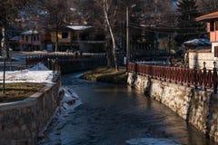 Gata, hus och flod Topolnitsa i den gamla staden av Koprivsh Royaltyfria Bilder