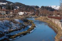 Gata, hus och flod Topolnitsa i den gamla staden av Koprivsht Royaltyfria Bilder