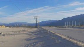 Gata i öknen som leder till Palm Springs Kalifornien stock video