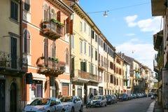 Gata i bosatt fjärdedel av den Verona staden Arkivbilder