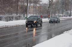 Gata i dåligt väder i vinter Bilar kör på en hal väg Det finns en snöstorm Royaltyfria Bilder