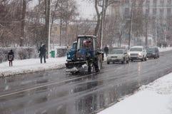 Gata i dåligt väder i vinter Bilar kör på en hal väg Det finns en snöstorm Royaltyfria Foton