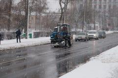 Gata i dåligt väder i vinter Bilar kör på en hal väg Det finns en snöstorm Fotografering för Bildbyråer