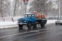Gata i dåligt väder i vinter Bilar kör på en hal väg Det finns en snöstorm Arkivbilder