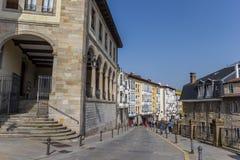 Gata i den historiska mitten av den baskiska capitolen Vitoria Gast royaltyfri fotografi