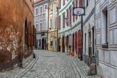 Gata i den historiska mitten av Cesky Krumlov, Tjeckien - November, 2018 royaltyfri foto