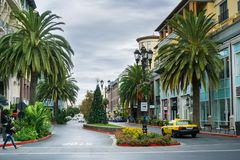 Gata i den shoppingområdesSantana raden, San Jose, Kalifornien Arkivfoton