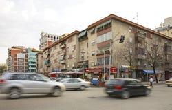 Gata i den Tirana staden albacoren arkivfoto