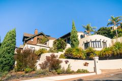 Gata i en bostads- grannskap av Oakland, San Francisco Bay royaltyfria bilder