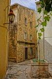 Gata i en gammal stad med den teckningsbrunnen och lyktan. HDR-bild Royaltyfria Foton