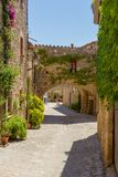 Gata i gammal by i Catelonia arkivbild