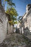 Gata i gammal stad för berat i Albanien Royaltyfri Foto