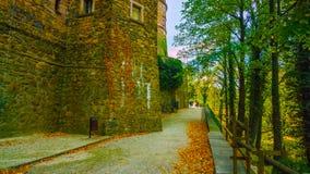 Gata i gammal stad: Härlig höst i trädgården - nordliga Polen - med en tunnel i mitt av bergen - med en corr fotografering för bildbyråer