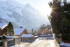 Gata i lite stad av Chamonix i franska fjällängar Fotografering för Bildbyråer