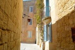 Gata i Mdina, Malta bo balconyly f?rg av f?nstret och arkivfoton