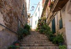 Gata i medeltida stad av Abruzzo, Italien Arkivfoto