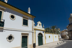 Gata i mitt av Faro, Algarve, Portugal Arkivbilder