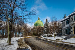 Gata i Montreal med en sikt av kupolen för helgonJosephs talarkonst - Montreal, Quebec, Kanada arkivfoton