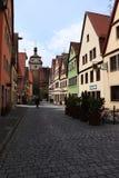 Gata i Rothenburg obder Tauber, Tyskland med färgrika byggnader royaltyfria bilder