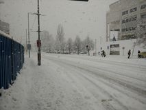Gata i tung snö Arkivbild