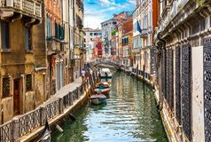 Gata i Venedig med kanalfartyget Fotografering för Bildbyråer