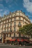 Gata med bagerit på ett hörn i en typisk parisisk gammal byggnad royaltyfria bilder