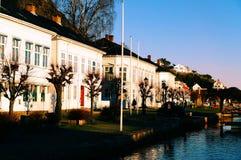 Gata med byggnader för gammal port längs hamnplatsen Royaltyfri Foto