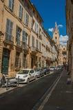 Gata med byggnader och Sanka Jean de Malte Church i Aix-en-provence Royaltyfri Bild