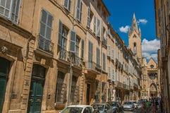 Gata med byggnader och Sanka Jean de Malte Church i Aix-en-provence Arkivfoto