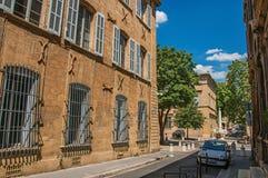 Gata med byggnader och springbrunn, solig eftermiddag i Aix-en-provence Royaltyfri Foto