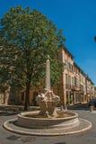 Gata med byggnader och springbrunn, solig eftermiddag i Aix-en-provence Arkivbilder
