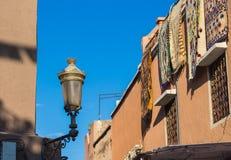 Gata med en lykta i Marrakesh, Marocko Royaltyfria Bilder