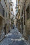 Gata med färgrika balkonger i historisk del av Valletta i Malta Royaltyfri Foto