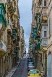 Gata med färgrika balkonger i historisk del av Valletta i Malta Royaltyfri Fotografi