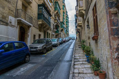 Gata med färgrika balkonger i historisk del av Valletta i Malta Arkivbild