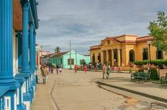 Gata med färgrika hus i Baracoa Royaltyfria Foton