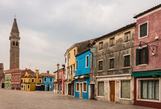 Gata med färgrika hus i Burano Royaltyfria Bilder