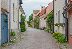 Gata med gamla hus i en svensk stad Visby Arkivfoton