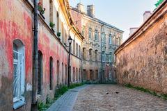 Gata med gamla hus och den gamla staden Vilnius Litauen för kullersten royaltyfri foto