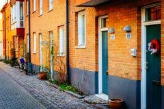 Gata med gamla trevliga färgrika hus i historisk mitt av Malmo Arkivbilder