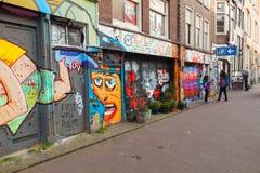 Gata med grafitti på byggnadsfasader i Amsterdam Arkivfoto