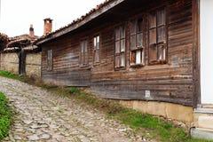 Gata med kullerstenstenar av den folk museumZheravna byn i Bulgarien royaltyfria bilder