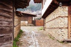 Gata med kullerstenstenar av den folk museumZheravna byn i Bulgarien fotografering för bildbyråer