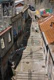 Gata med moment och bunting i Porto, Portugal royaltyfri foto