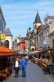 Gata med restauranger i den gamla staden av Valkenburg aan de Geul, Nederländerna Arkivfoton