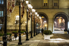Gata med tappninglampor i Sofia, Bulgarien på natten arkivfoto