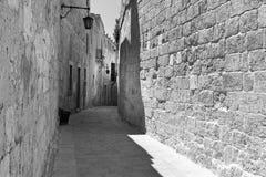 Gata med traditionella maltese byggnader i Mdina Arkivfoto