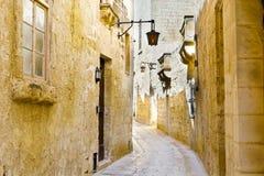Gata med traditionella maltese byggnader i Mdina Arkivbilder
