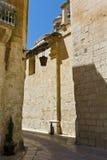 Gata med traditionella maltese byggnader i Mdina Royaltyfri Bild
