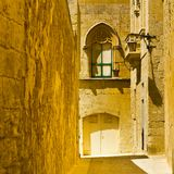Gata med traditionella maltese byggnader i Mdina Royaltyfri Fotografi